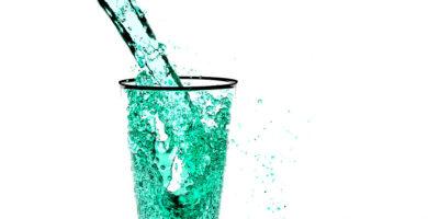 Agua limpia destilada